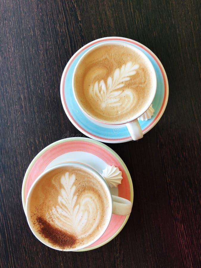 Läckert nytt cappuccinokaffe på trätabellen arkivfoton