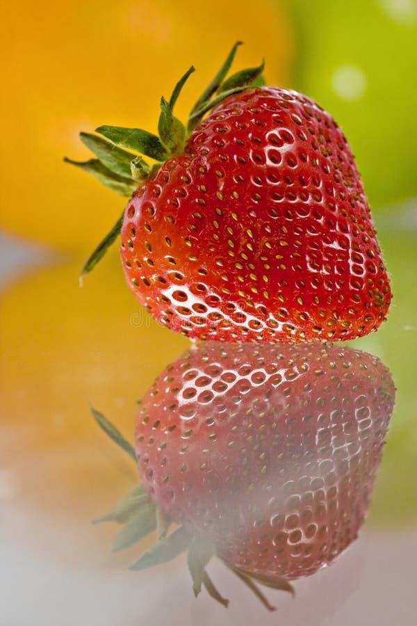 läckert nytt reflekterad tabell för frukt exponeringsglas royaltyfri bild