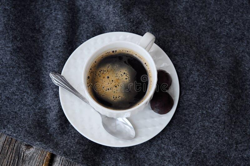 Läckert nytt smakligt kaffe på den gråa plädet fotografering för bildbyråer