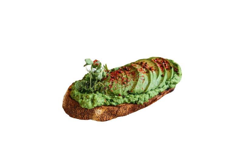 Läckert och näringsrikt veggierostat bröd eller smörgås med avokadot och guacamole som isoleras på vit bakgrund arkivfoton