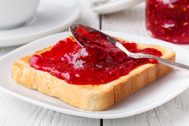 Läckert rostat bröd med sött driftstopp som tjänas som för frukost på tabellen arkivbild