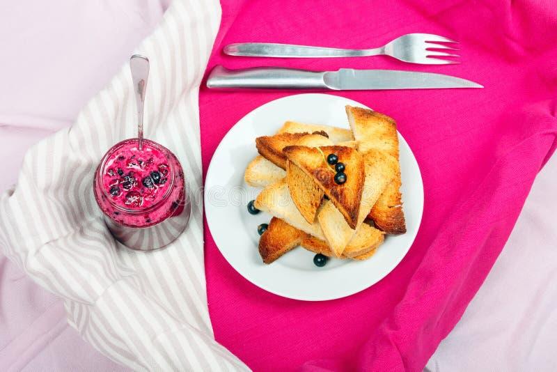 Läckert rostat brödbröd med hemlagat vinbärdriftstopp med gaffeln och kniven arkivbild