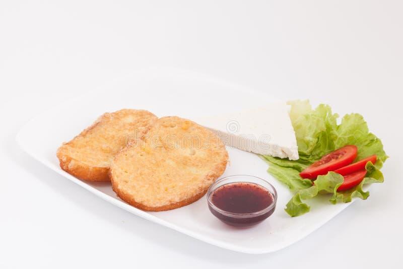 Läckert sött franskt rostat bröd med ost, tomater och frukt sitter fast royaltyfri fotografi