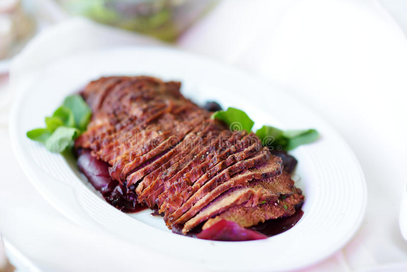 Läckert skivat nötköttkött släntrar tjänat som på ett parti- eller bröllopmottagande royaltyfri fotografi