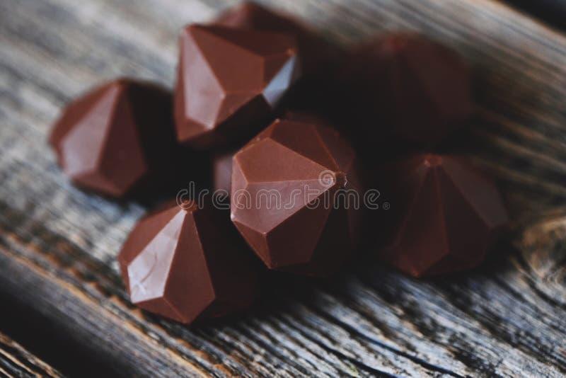 Läckra chokladgodisar på den gråa trätabellen royaltyfri foto