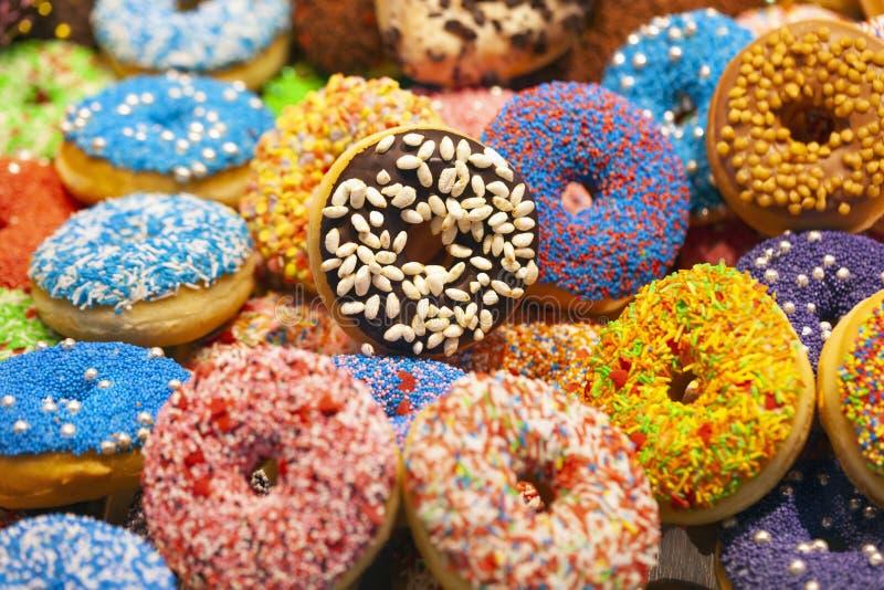 Läckra färgrika donuts arkivbild