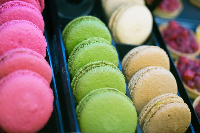 Läckra färgrika macrones i bageri shoppar royaltyfri foto