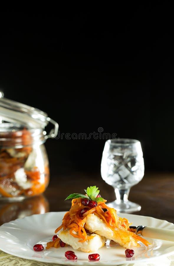 Läckra filéer av zander i en kryddig marinad Traditionell rysk aptitretare royaltyfri foto