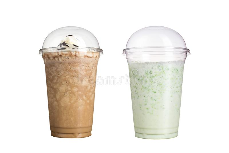 Läckra fruktsmoothies i plast- koppar, på en vit bakgrund Två milkshakar med olika anstrykningar royaltyfria bilder