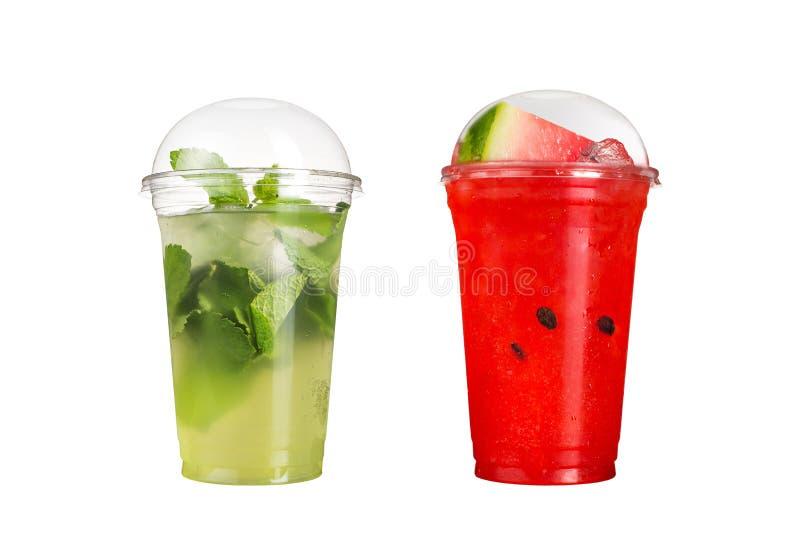 Läckra fruktsmoothies i plast- koppar, på en vit bakgrund Två mojitococtailar och vattenmelonanstrykningar fotografering för bildbyråer