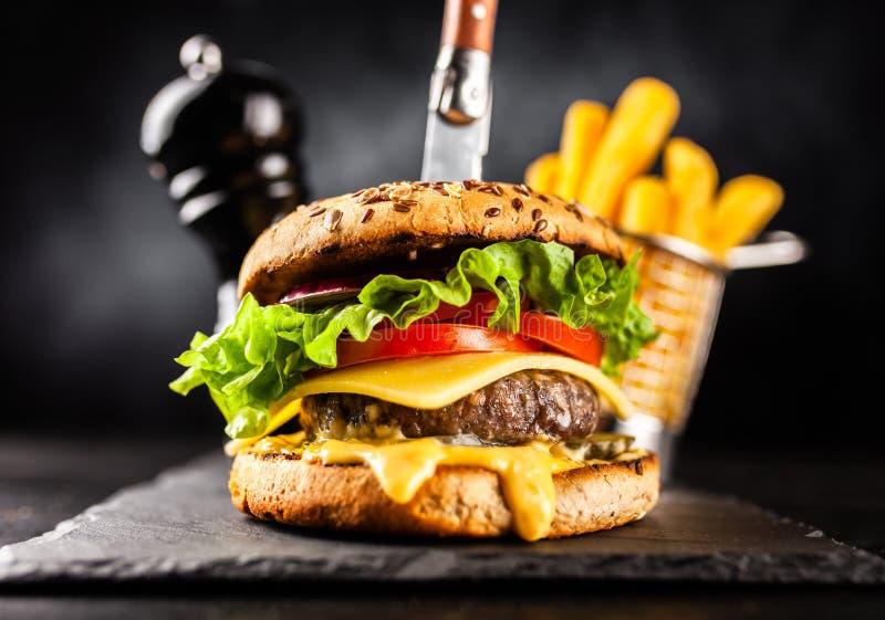 Läckra grillade hamburgare arkivbilder