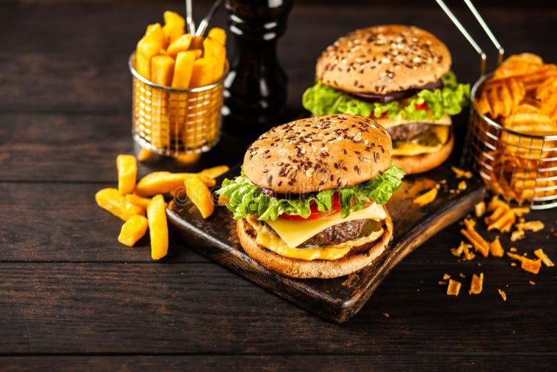 Läckra grillade hamburgare royaltyfri fotografi