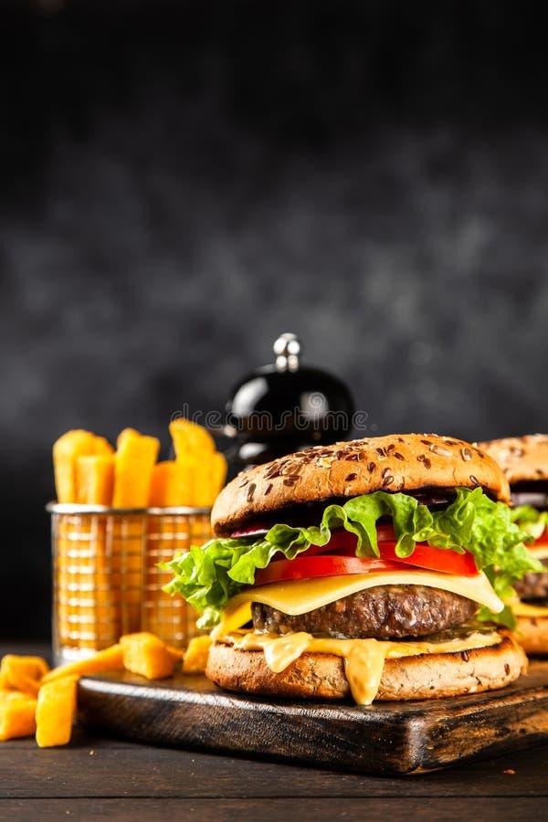 Läckra grillade hamburgare royaltyfria bilder