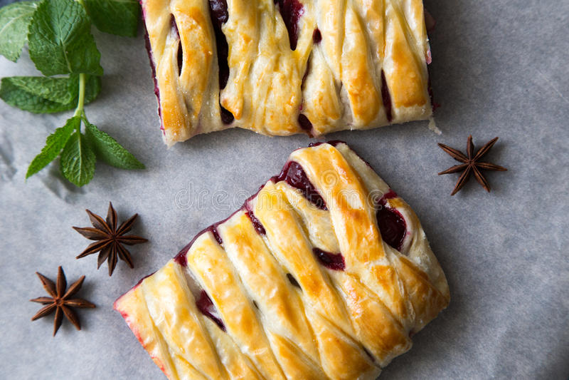 Läckra hemlagade Cherry Pie flätad paj som skivas royaltyfri foto