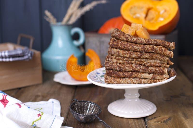 Läckra hemlagade pannkakor för frukost, med pumpa och honung Frukost för den hela familjen Lantligt foto kopiera avstånd arkivfoto