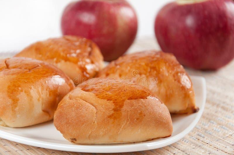 läckra hemlagade pies för äpplen royaltyfria bilder