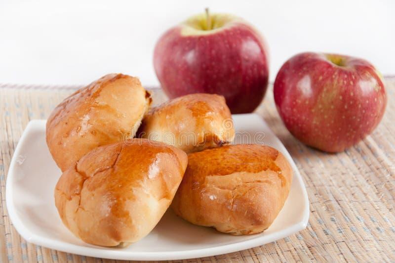 läckra hemlagade pies för äpplen arkivbild