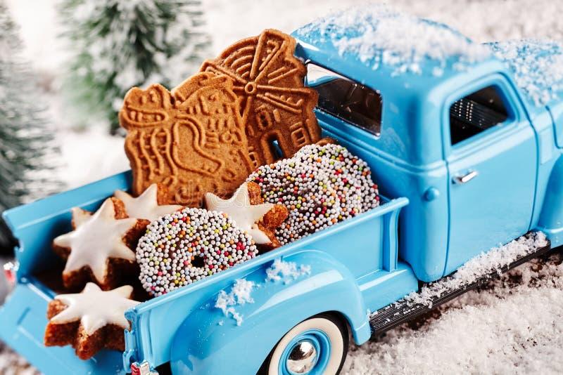 Läckra julkakor i baksida av leksaken åker lastbil arkivbilder