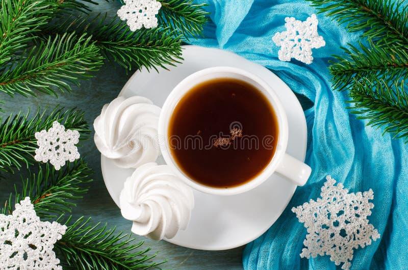 Läckra marängkakor och kopp av varmt te royaltyfria bilder
