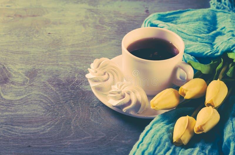 Läckra marängkakor och kopp av varmt te royaltyfri fotografi