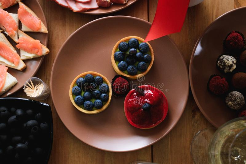 Läckra nya blåbär- och jordgubbekakor på ferietabellen royaltyfria foton