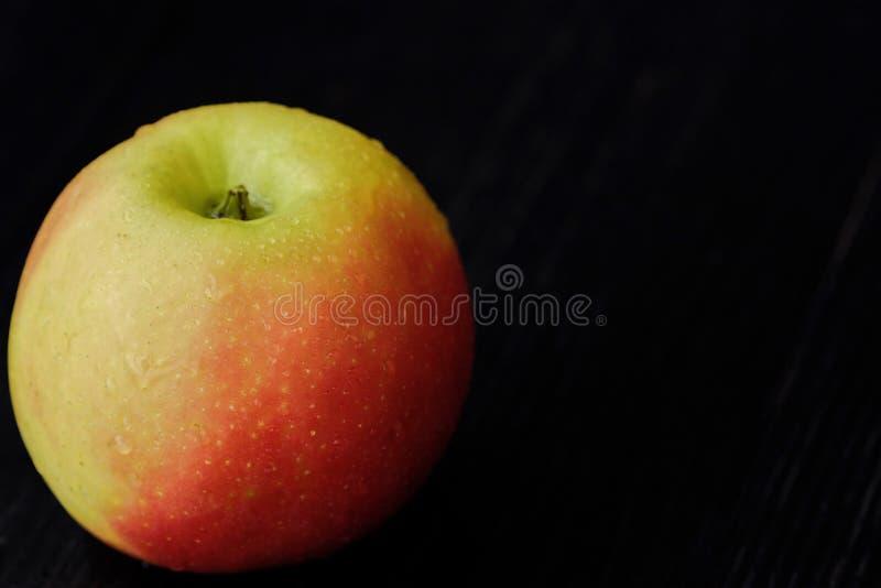 Läckra nya gröna Apple på den mörka trätabellen royaltyfri bild