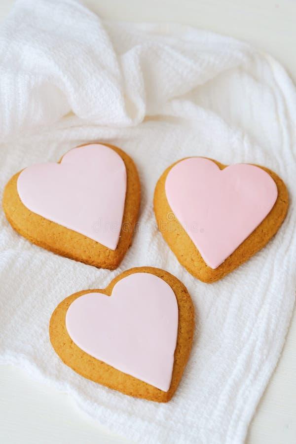 Läckra nya hjärtakakor med rosa färgglasyr arkivbilder