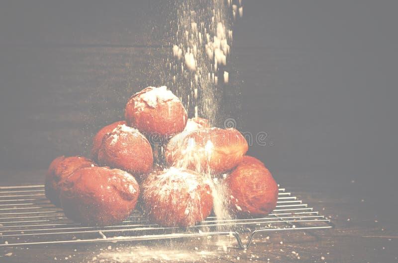 Läckra nytt bakade donuts som strilas med den pudrade sockerkuttrandet royaltyfri bild