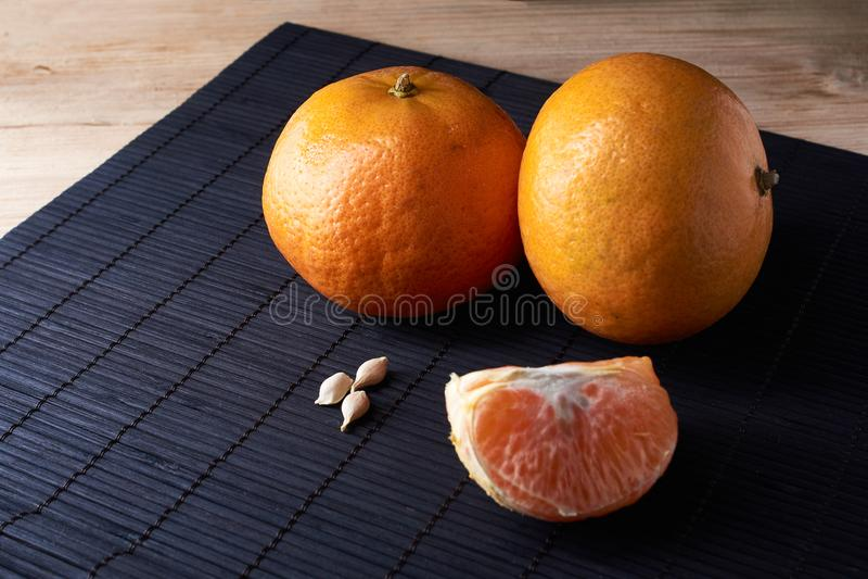 Läckra och härliga tangerin Skalad tangerinapelsin och orange skivor för tangerin på en mörk bakgrund citrus klar text för bakgru arkivfoto