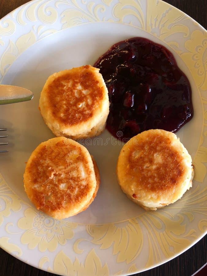Läckra pannkakor för ny ost med körsbärsrött driftstopp royaltyfri bild