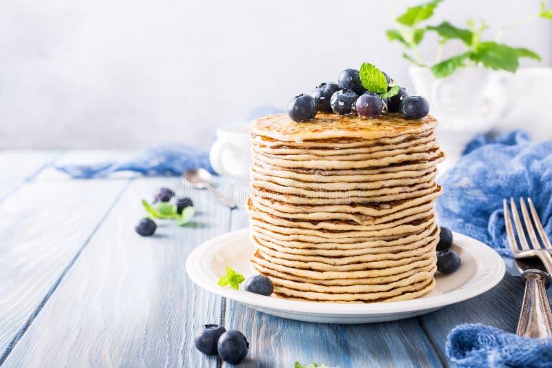 Läckra pannkakor med nya blåbär royaltyfria foton