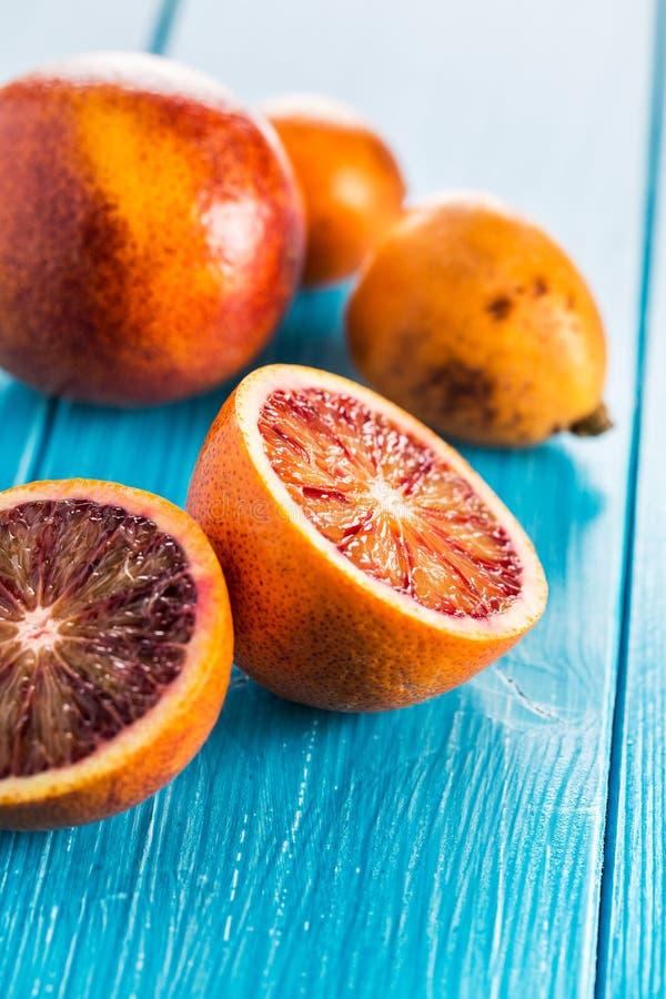 Läckra röda apelsiner i närbild royaltyfria bilder