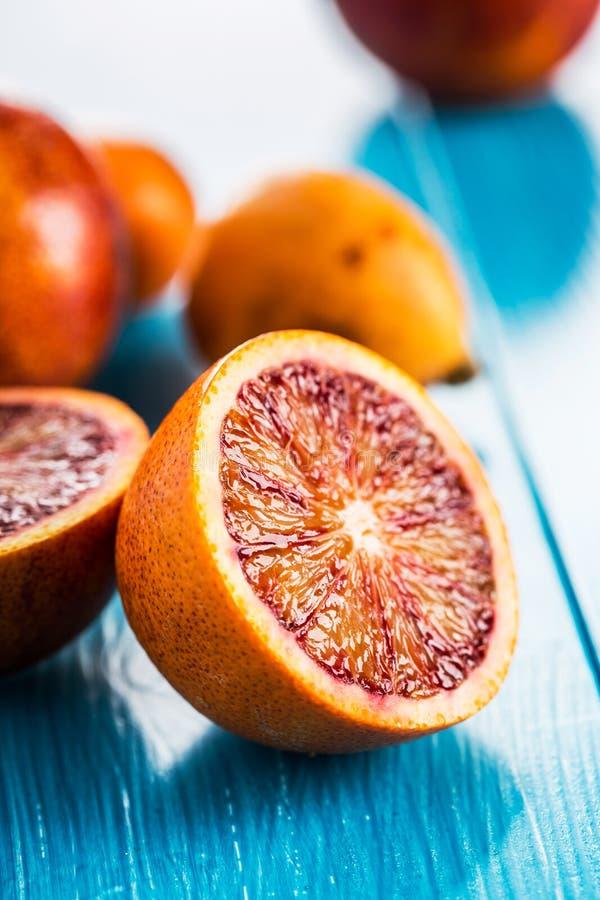 Läckra röda apelsiner i närbild arkivbild
