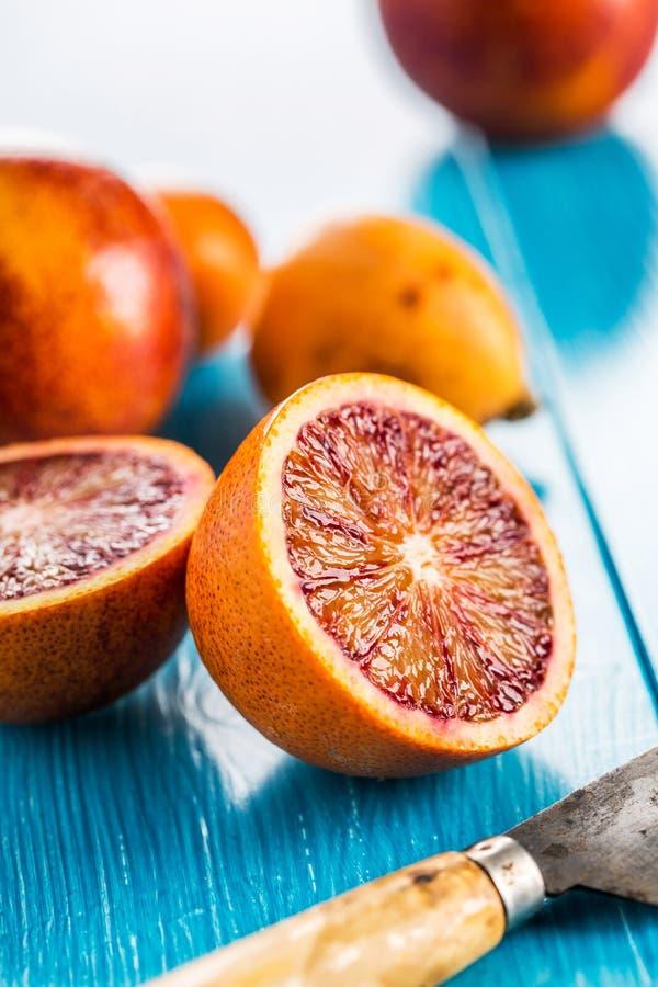 Läckra röda apelsiner i närbild arkivbilder