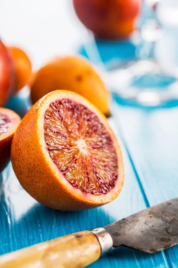 Läckra röda apelsiner i närbild royaltyfria foton