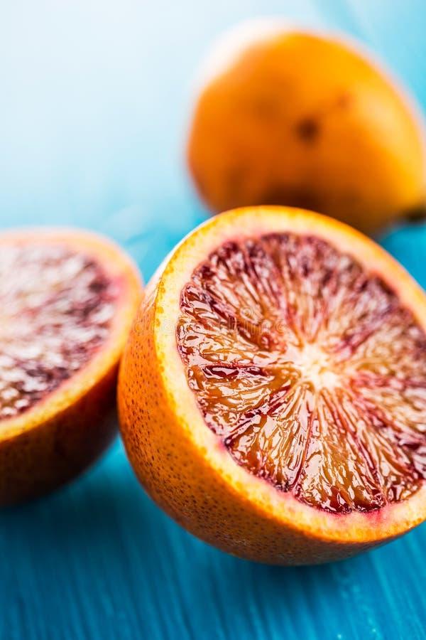 Läckra röda apelsiner i närbild arkivfoton