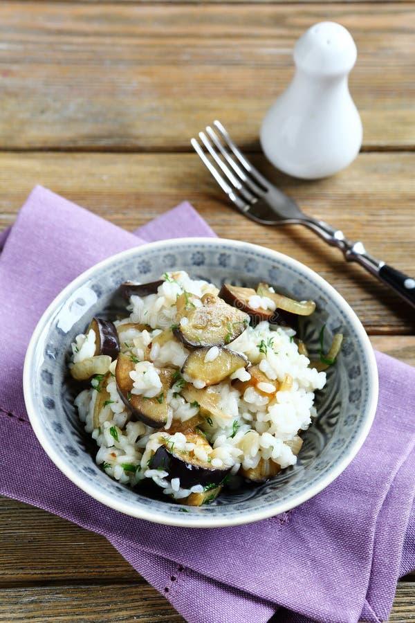 Läckra ris med champinjoner och aubergine fotografering för bildbyråer