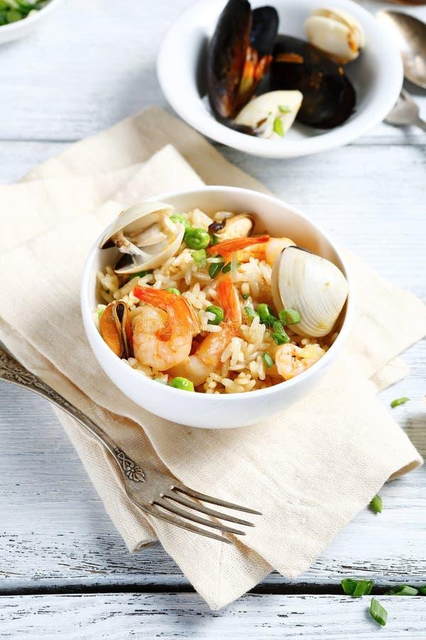 Läckra ris med räka och örter arkivfoto