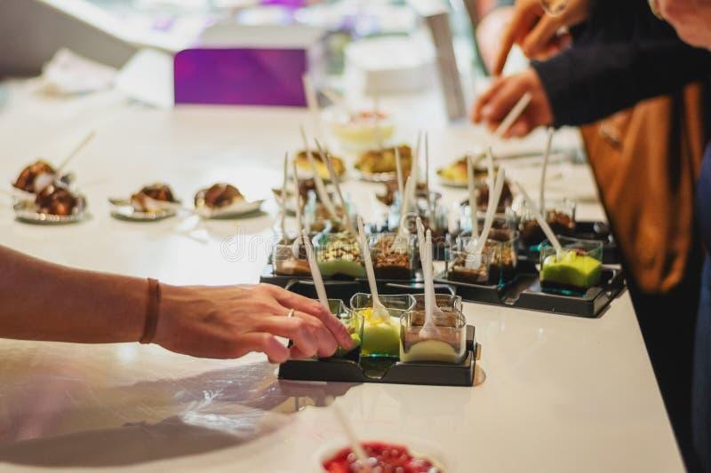 Läckra sorter av efterrätter tjänade som på matfestivalen i Utrec royaltyfria foton