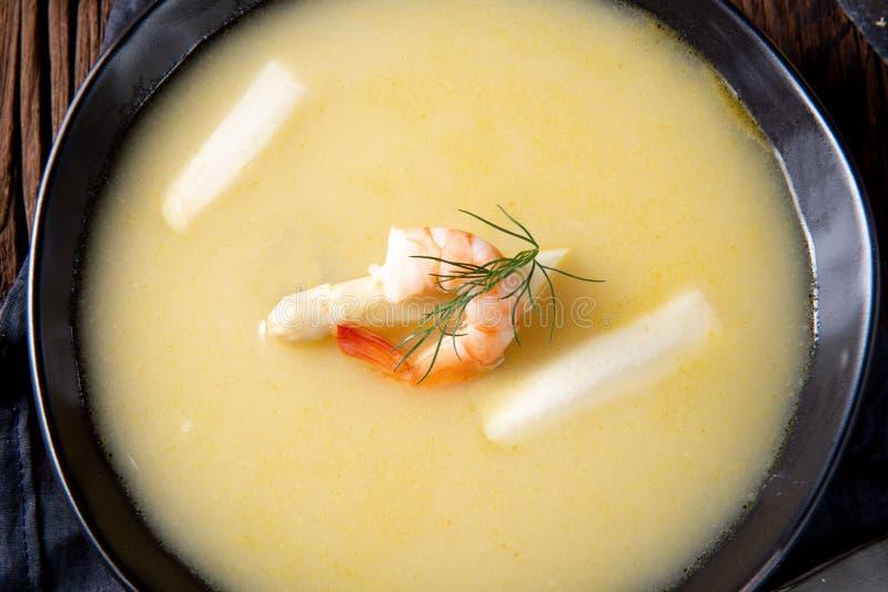 Läckra sparriers lagar mat med grädde soppa med räkor och ny dill royaltyfri bild