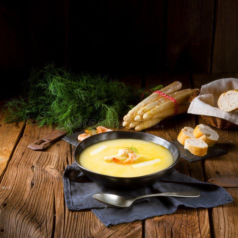 Läckra sparriers lagar mat med grädde soppa med räkor och ny dill fotografering för bildbyråer
