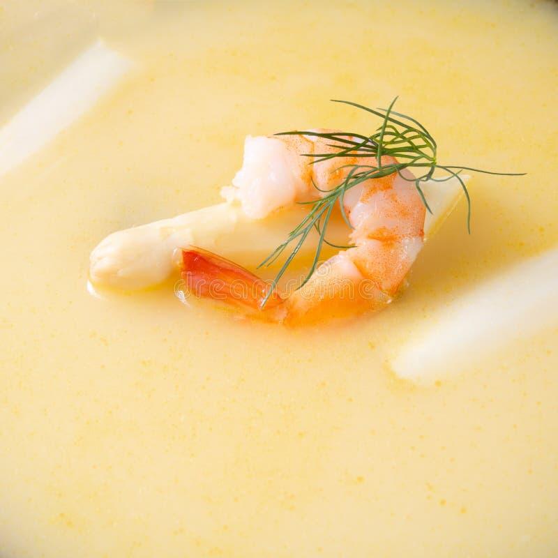 Läckra sparriers lagar mat med grädde soppa med räkor och ny dill royaltyfri foto