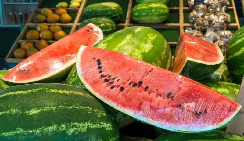 Läckra stora vattenmelonskivor på försäljning på marknad ny fruktsommar royaltyfri fotografi