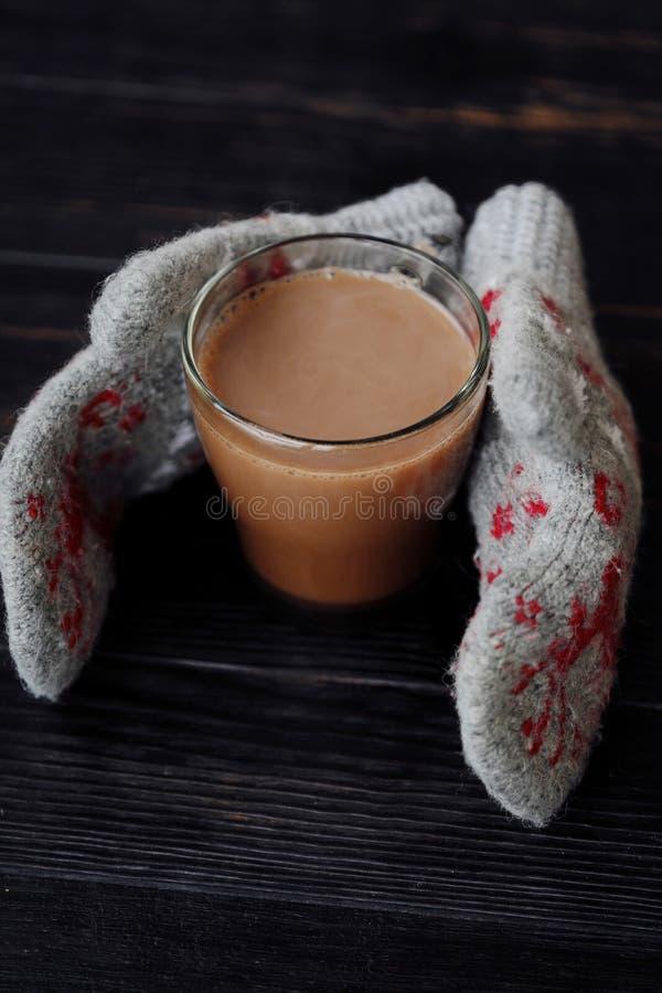 Läckra tjocka varm choklad- och rät maskatumvanten arkivbild