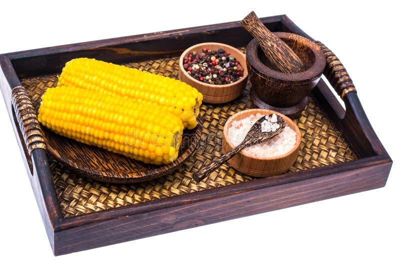 Läckra varma majskolvar av kokt majs på träbakgrund royaltyfri foto