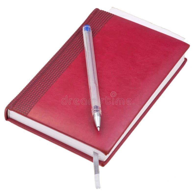 Läderanmärkningsbok med den gammala blåa pennan arkivfoton