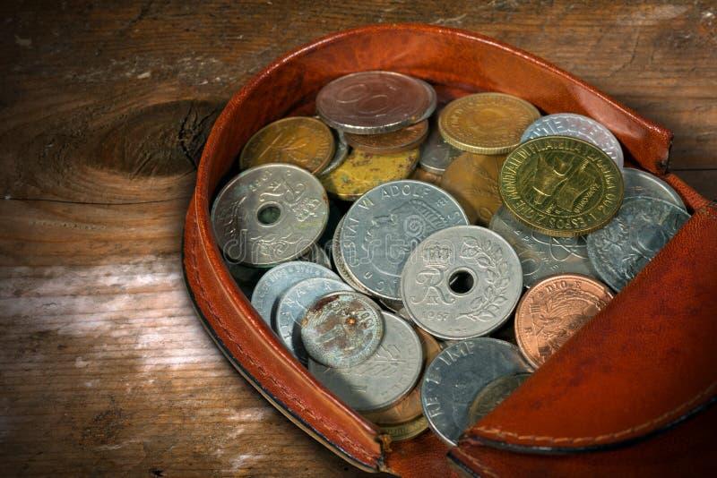 Läderhandväska med gamla mynt arkivfoton
