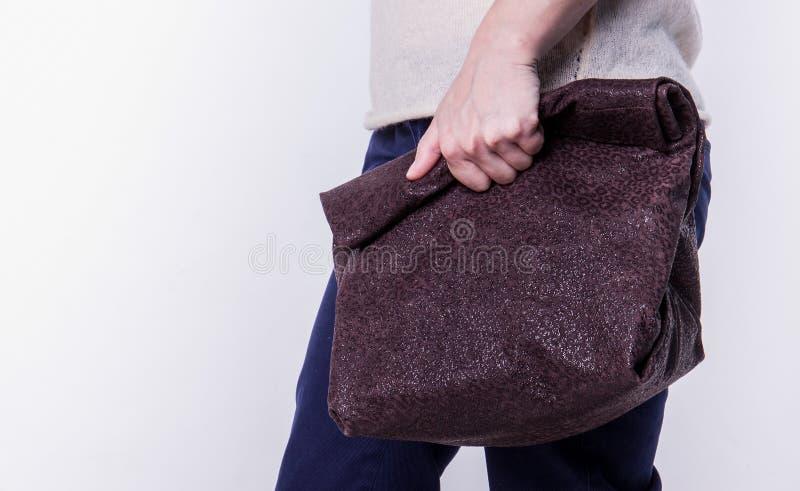 Läderhandväska på en vit bakgrund arkivfoton