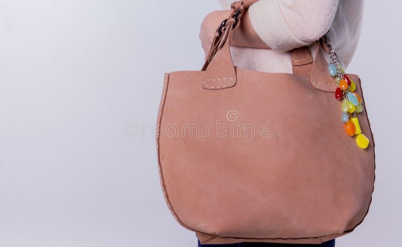Läderhandväska på en vit bakgrund arkivbild