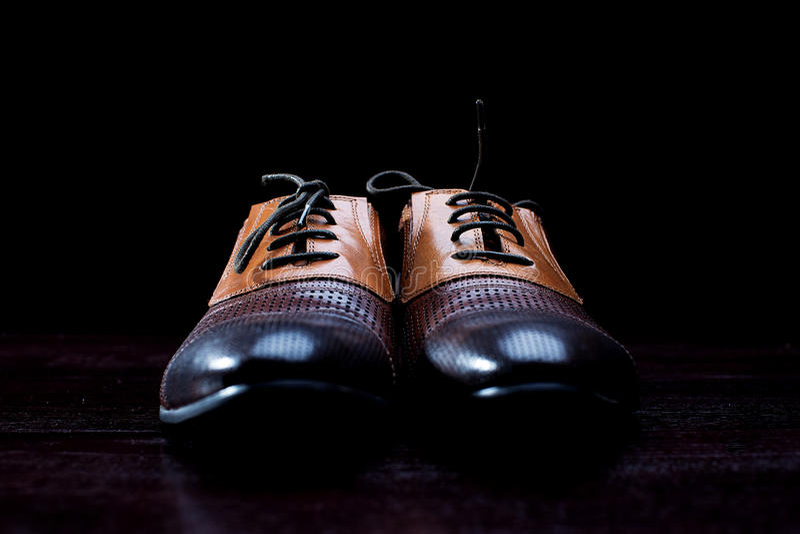 Lädermäns skor på svart bakgrund royaltyfri fotografi